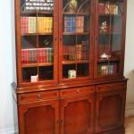 Meubles Anglais traditionnels - Bibliotheque anglaise trois portes en ronce d'acajou