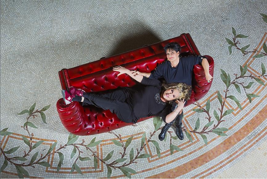 Marianne james et mauranne duo sur canap gala longfield 1880 - Capitonner un fauteuil ...