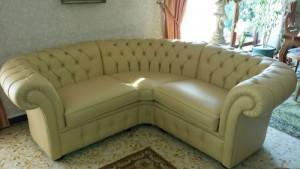 Petit canapé d'angle Chesterfield en cuir de vachette coloris ivoire