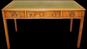 Bureau style Anglais Hepplewhite en bois de merisier dessus cuir vert patiné