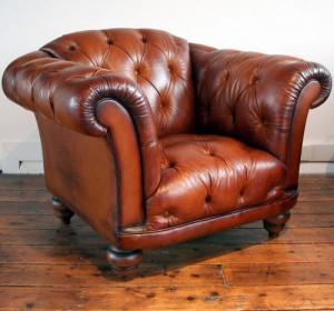 Fauteuil Chesterfield Ribchester assise capitonnée en cuir de vachette coloris old saddle brown