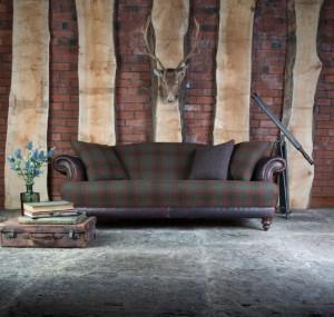 Canapé Taransay en cuir de vachette coloris old bard e t tissus 100 % laine coloris forest check