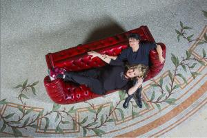 Marianne James et Mauranne dans un canapé Chesterfield Rouge Capitonné