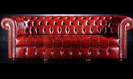 Canapé 3 places Chesterfield en cuir de vachette coloris bordeaux patiné