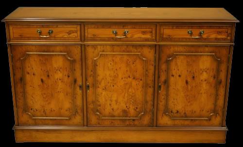 Buffet style Anglais en bois d'if 3 portes 3 tiroirs
