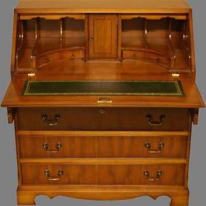 Bureau Anglais dos d'âne rotonde 4 tiroirs en bois de merisier dessus cuir vert
