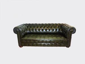 canapé 3 places Chesterfield en cuir de vachette coloris vert anglais patiné