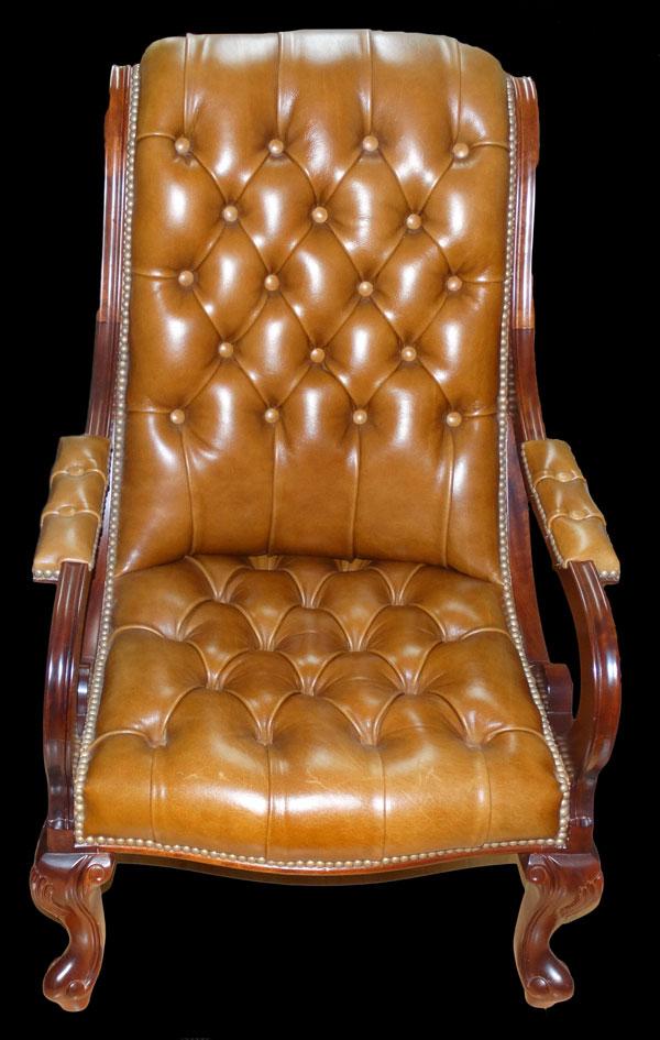 Fauteuil Chippendale en cuir de vachette coloris gold teinte bois acajou blond