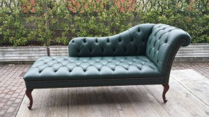 Méridienne Chesterfield assise capitonnée en cuir de vachette coloris vert