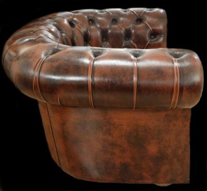 fauteuil-chesterfield-vue-de-face-marron-patine